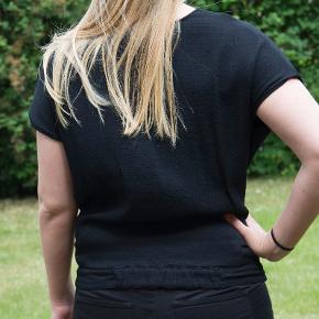 """Fin bluse som kan bruges både til hverdag og fest. Købspris 800 kr. Klædelig facon. 60% rayon, 40% viskose. Elastikstykke indsat nederst på ryggen. Passes af både small og medium. """"Modellen"""" er 168 cm høj og bruger str. 36. Som ny. #30dayssellout"""