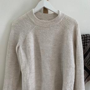 Fin råhvid sweater sælges da den ik bliver brugt