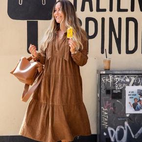 Fineste gai+lisva kjole, i den flotteste brune efterårsfarve. Sender gerne, på købers regning.