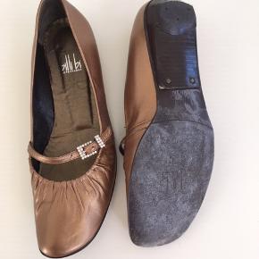 Kobberfarvede sko med spænde med sten. Kun brugt et par gange. Indvendig længde ca 23,5 cm. Har ikke æsken dertil.