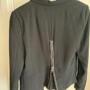 Fin sort blazer fra YAS med skulderpuder og pyntelynlås på ryggen.  Brugt få gange.