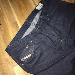 Diesel Jeans DARRON REGULAR SLIM-TAPERED W34L32 Brugt 2 gange og fremstår som helt ny. Nypris 1400,-
