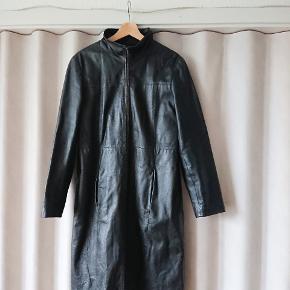 Lækker vintage frakke til salg, sælger den for en veninde. Str er 40 men den passer mig og jeg er en str s. Tager imod rimelige bud  Mærke: Clockhouse Materiale: Læder  Man må altid komme og prøve tøjet inden køb. Jeg sender mod porto :)