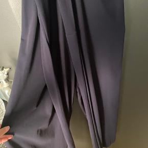 Buksedragt med binde bælte  Åben ryg  Brugt 5 gange