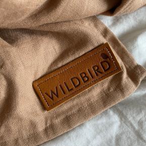 Ringslynge fra amerikanske mærke WildBird. De laver utrolige gode slynger—høj-kvalitet stof og ringe, og virkelig lækker farver!  Sælger kun fordi jeg har for mange 🙈 jeg elsker ringslynger. Den er er let brugt og meget blød.  100% dobbelt-lag hør