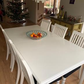 Ilva romance spisebord med 6 stole.  Stole har fået nyt slidstærkt betræk. Tillægsplade medfølger.  Mål: 187x82x75 Sælges samlet.  Hentes i 4293 Dianalund.