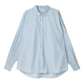 Aiayu Shirt 535 skjorte i blue glass. Skjorten er fremstillet af krisp bomuldspoplin og har masser af volumen
