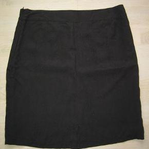 Varetype: Sort nederdel med nitter Farve: sort   Nederdel med fin effekt af nitter. Helt sort. Foret og lynlås midt bag.  Livviddde 2 x 46 Længde ca 56 cm  Jeg bytter ikke !  Byd gerne samlet på flere annoncer, så sparer du porto og jeg kan give dig rabat :-)
