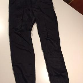 "Velholdte silkebukser (silke/bomuld) i en ""loose"" model med let elastik i talje og ved ankler"