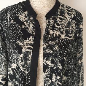 Mønstret polyester skjorte med kinakrave, skjulte knapper og brystlomme. Har kun brugt den en gang.  Bryst 114. Længde 69.  Kig forbi mine annoncer 😊 Altid mængderabat