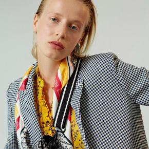 Silketørklæde med smukt print 100% silke. Som nyt. ⭐️  Fra røgfrit og dyrefri hjem 👌🏻  Se mine andre Annoncer fra Marni, Stine Goya, Ganni, Filippa k