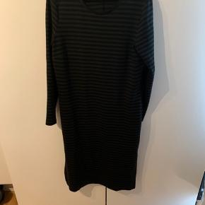 Smuk kjole i grøn og sorte striber  Slids i begge sider   Størrelsessvarende   Nypris omkring 1800, sælges for 500 pp