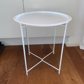 Lille hvidt bakkebord. 47 høj - 51 dia. Købt i Jysk for 125 kr.