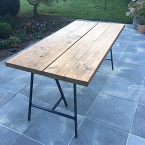 Plankebord mørkt olieret  155cm i længden  78cm i bredden