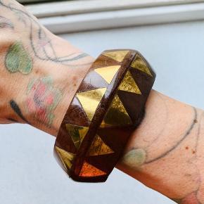 Træ armbånd med guld detaljer