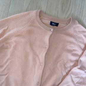 Flot lyserød cardigan som aldrig er blevet brugt har derfor ingen fejl og slid.