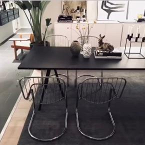 4 frisvinger krom spiseborsstole sælges!   Aldersrelaterede brugsspor - smuk let patina  De har været brugt med hynder (medfølger ikke).   Meget komfortable og behagelige.   Flere billeder kan sendes.   HER OG NU PRIS!  2.500kr. for 4 stk.  Realistiske bud er velkommen.  Kan afhentes på Amagerbro.   #vintage #retro #spisebordsstole #spisestole #frisvinger #krom