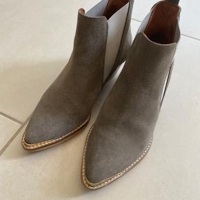 Super lækre ruskinds støvler med messing detalje   Som nye. Kun brugt få gange