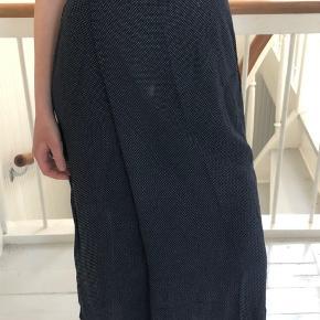 Flot Part Two nederdel der lukkes med to knapper i livet. Både god til sommer og vinter, da den ikke kan blæse op i siden - da der er en fin løsning med knap og ekstra stof. Brugt få gange.   (Tjek mine andre varer, giver mængderabat)