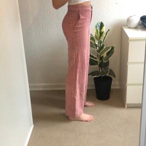 Bukser i fløjl fra Mango str. 34. Brugt en del, men har ikke de store tegn på slid. Til sammenligning er jeg 177 cm.