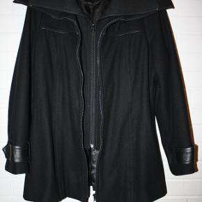 Flot sort jakke af mærket D Jensen sælges. Fremstår som ny.