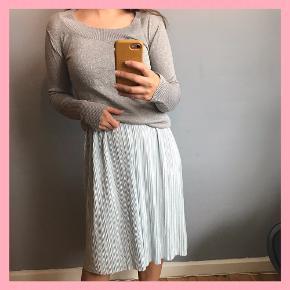Tynd strikket glimmer trøje, som kan bæres som Cold shoulders eller med rund hals.  Pris inkl. fragt Sendes via DOA igennem Trendsales  Andet tøj på billedet er også til saæg