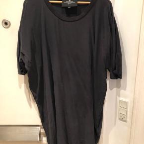 Smuk asymmetrisk 100 % silke kjole. Ring eller skriv på 26826097 for yderlig info. Ved ts betaler køber gebyret