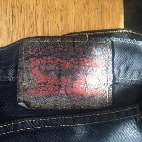 er par 'distressed' levi's shorts i sort, med gule tråde, der giver en fed detalje!