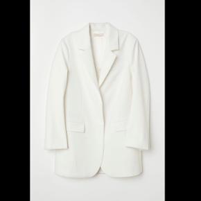 Blazer fra H&M trend oversize model så passes af 32-36 jeg har den samme i sort Ny pris var 700 kr