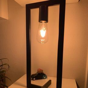 Lampe i jern og 45 cm høj. Bruger E27, som ikke medfølger.Lampen er ubrugt og stadig i kasse. Fuldstændig magen til den på billederne.  Så fin en lampe. Vi købte bare en mere end vi egentlig havde behov for.
