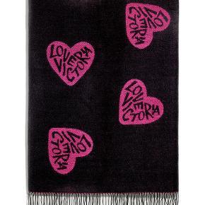 Varetype: Tæppe fra Victoria's Secret Størrelse: Medium Farve: Pink / Sort  Materiale_100% akryl Mål: 152 cm x127 cm  Helt ny, stadigvæk indpakket.  Bytter ikke.  Kan afhentes på Islands Brygge.  Jeg sender gerne hvis køberen betaler portoen.