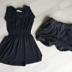 Sælges samlet til 75 kr  Shortsene er sort velour  1 kjole  1 par shorts