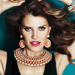 Lækker chunky halskæde fra den eftertragtede Anna Dello Russo x H&M kollektion fra 2012. Lukkes med en magnetlukning.  Den sødeste ovale æske med guld lettering følger med.