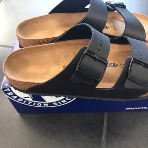 NYE ARIZONA SANDALER  Flotte sorte sandaler og det er en normal/bred model.  Måler 29 cm og der skal kun være max 0,5 vm i luft mellem tæerne og hælen. Mål din fødder efter da de er store i str.
