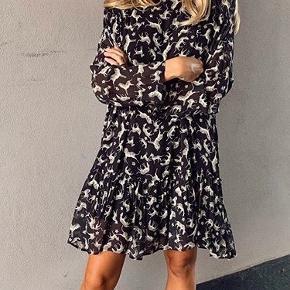 Smuk kjole fra 8pm med fint print og flotte detaljer. Aldrig brugt og stadig med prismærke. Nypris 1899 kr. Bytter ikke. Kom med et bud :)