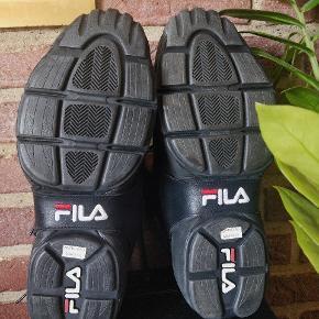 Retro Fila sneaks fundet i min fars gemmer. Aldrig brugt. De er købt omkring slutningen af 90'erne. Den slipper lidt ved sålen, men det kan fixes med lim