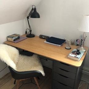 Jeg sælger mit skrivebord da jeg ikke får det brugt og det bare samler støv. Bordet har jeg selv sat sammen og alle delene er købt i IKEA. Det består af en bordplade som er af bambus og har en lækker overflade, to bordben og en Alex 6 skuffe ved siden af. Jeg har bare valgt at lægge det ene bordben til siden, det haves dog stadig.  Der er ingen tydelige tegn på slid så det hele står som semi nyt.  Jeg sælger hele skrivet bordet i et og tingene kan ikke købes seperat.