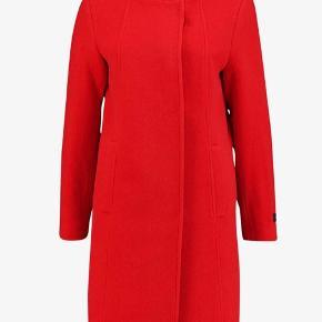 Lækker uldfrakke i flor rød farve str.36 (38) Til den store side. Er i butikkerne nu til  2000 kr.  Bytter ikke - mp. 1400 kr via mobilepay.