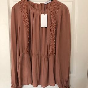 Fin bluse fra Mango,  Aldrig brugt - stadig med prismærke på  Nypris 350,00 DKK  Se også mine andre annoncer 😊