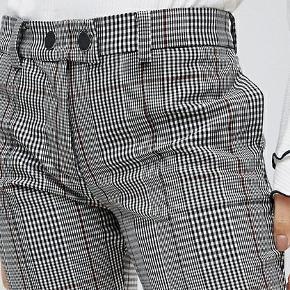 Trousers med sorte streger