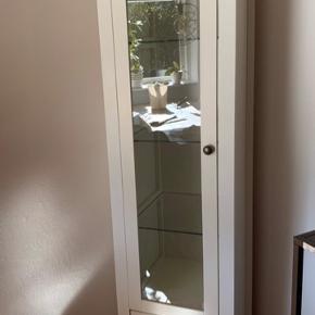 Fint vitrineskab fra Jysk. Enkelte brugsspor i bunden af skufferne - se billeder. Ellers fin stand.