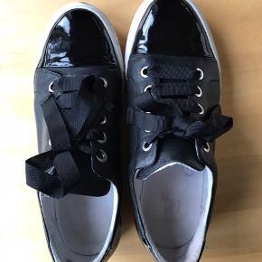 Sorte læder sneakers med sorte lak detaljer.  Stort set ubrugt