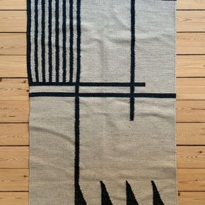 Ferm Living kelim tæppe / 80x140cm / beige og sort / pris fra ny 799kr