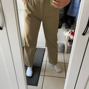 Sælger disse helt nye dickies bukser, da de desværre er købt i en forkert størrelse. Har kun prøvet dem på. De er i str. w. 30, hvilket svarer til en M-L vil jeg sige💗