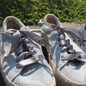 Mia Rock sko i en lys grå farve.  Glimter. Snørebånd af lignende silke.