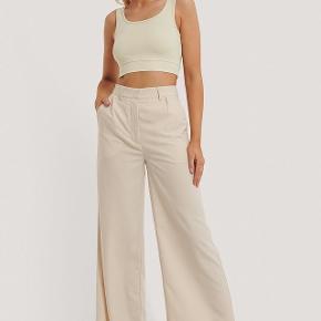 Populære bukser fra Emilie Malou X NA-KD i beige. Str 34.