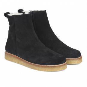Skønne og varme vinterstøvler. Er brugt to gange og er derfor i virkelig fin stand. De er lavet i ruskind med læderdetalje ved hælen. Naturgummi sål og foer i lammeskind.  Nypris 1499 kr.