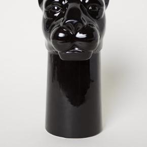 Flot H&M Home panter vase sælges da jeg ikke får den brugt. Har kun stået til pynt og der har ikke været vand i.  30 Cm høj.  Kan hentes på Amager/Ørestad Syd