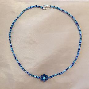 Blomsten er af blå og lyseblå ferskvandsperler ❤️  Kan også sendes med postnord for 10 kr.  Tager ikke flere billeder ❤️ Tjek også mine mange andre håndlavede smykker på min profil 🥰