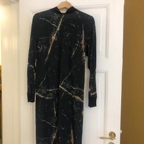Super fin kjole i 100 % silke. Meget lækkert, blødt materiale.  Det er str. 32, men den er stor i størrelsen, og passer 32-36.  Kan hentes i København eller Vejle.  Kun sende flere billeder.